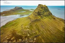 Où se situe la montagne Kirkjufell ?