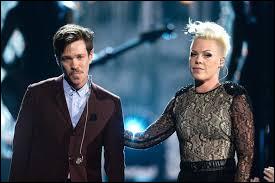 """Avec quel chanteur partage-t-elle un duo pour son single """"Just Give Me a Reason"""" ?"""