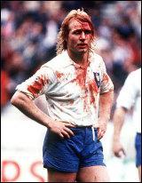 Lors de quel évènement Jean-Pierre Rives sort-il de son match le maillot plein de sang ?