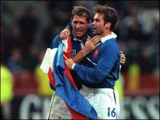 Qui est demi d'ouverture de l'équipe de France lors de la victoire contre la Nouvelle-Zélande, Coupe du monde 1999 ?