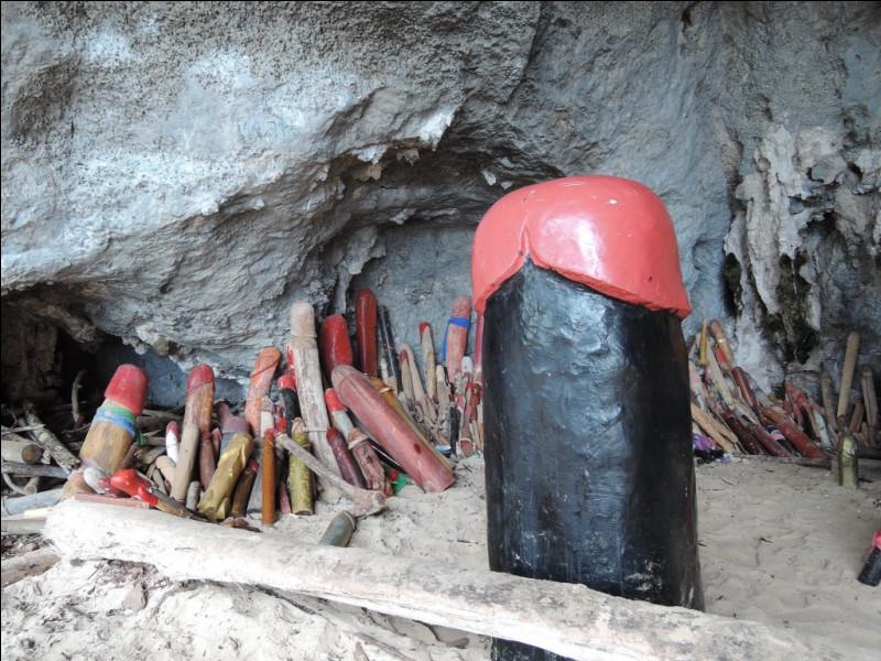 Selon la légende, déposer une statue en forme de phallus dans cette grotte permettrait à l'esprit d'une princesse indienne échouée de veiller sur les marins des environs. Où cela se trouve-t-il ?