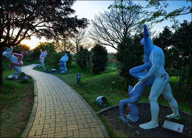 Ce parc de sculptures olé-olé a été crée en 2004 par un groupe de diplômés d'écoles d'art sur l'île de Jeju. C'est-à-dire, en / au ...