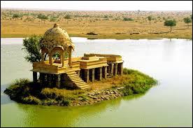 Situez-moi le lac de Gadi Sagar !