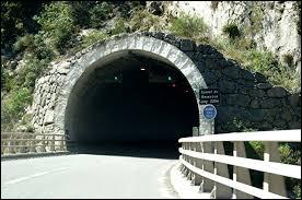 Laquelle de ces propositions est fausse concernant le Code de la route à respecter dans un tunnel ?