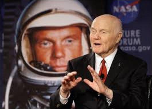 20 février 1962 : Distancés dans la course à l'espace par les Soviétiques, qui ont réalisé le premier vol habité, les États-Unis répliquent et prennent l'avantage en envoyant un homme qui effectuera trois révolutions autour de la Terre en 4 heures et 56 minutes dans le cadre de la mission ''Friendship 7''. Quel est le nom de cet astronaute qui fit le tour de notre planète ?