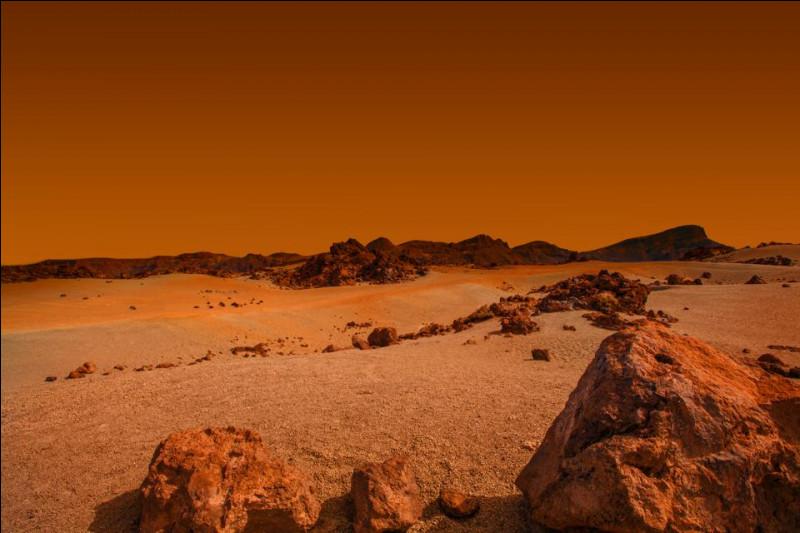 La planète Mars possède des volcans dont le plus gros de tout le système solaire, Olympus mons. Quel est son diamètre ?