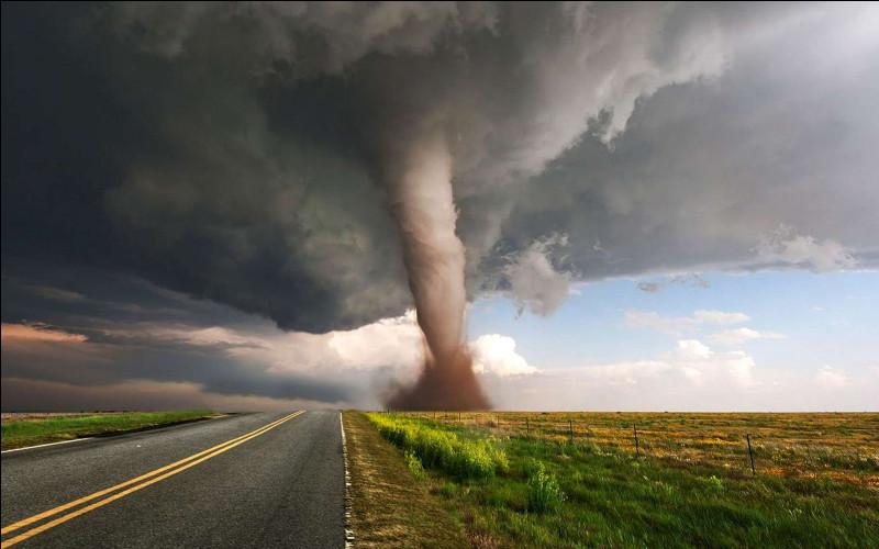 Les tornades tournent dans le sens des aiguilles d'une montre dans l'hémisphère Sud, et dans le sens inverse dans l'hémisphère Nord.