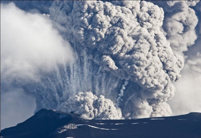 Lors de sa dernière éruption, qu'est-ce qui n'était pas contenu dans les 80 millions de mètres cubes de cendres qu'il a rejeté ?