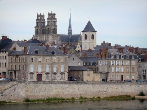 Quelle ville sur les bords de la Loire, fut libérée par Jeanne d'Arc ?