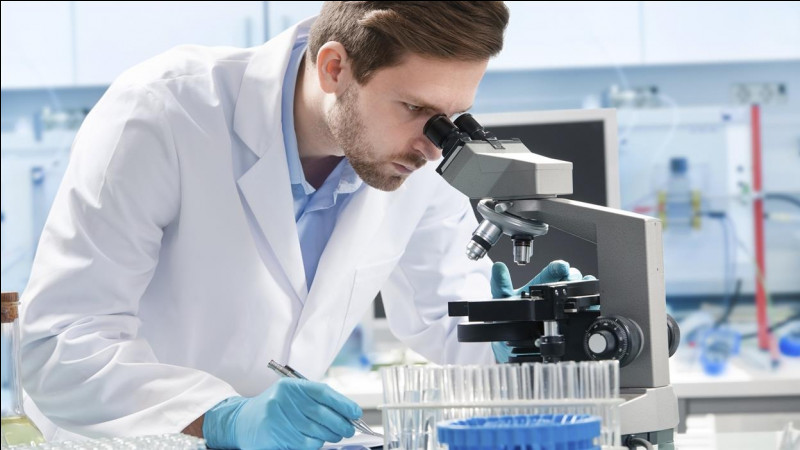 Quel est le scientifique qui meurt en 2018 ?