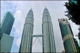 Dans quel pays se situe les tours jumelles Petronas ?