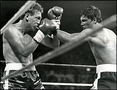 Sûrement l'une des plus grandes supercheries du monde de la boxe. Quand on enlève la mousse du gant pour la remplacer par du plâtre contre son adversaire Bill Collins, c'est toujours plus simple !