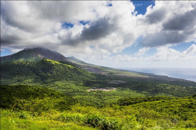 12 juillet 1995. Le volcan de la Soufrière entre en éruption et ses cendres ensevelissent la ville de Plymouth, capitale de l'île de Montserrat, dans les Antilles. À quel pays cette île appartient-elle ?