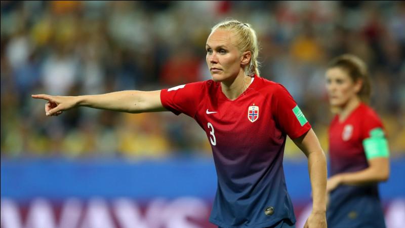 Quelle footballeuse norvégienne est la fille de l'entraîneur de l'équipe de Norvège féminine de handball ?