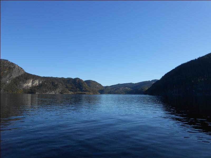 Quelle île, située près de Bergen, est une île intérieure, c'est-à-dire entourée par un bras de mer, lui-même entouré par la terre ?