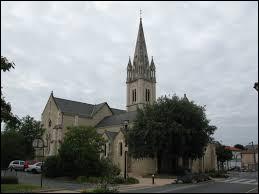 Vous avez sur cette image l'église Sainte-Radegonde de La Ferrière. Ville de l'arrondissement de La Roche-sur-Yon, elle se trouve dans le département ...