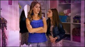 Comment Violetta apprend-elle qu'Angie est sa tante ?
