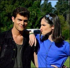 Comment Violetta réagit-elle quand elle apprend que Diego son ex, sort avec Francesca sa meilleure amie dans la saison 3 et qu'ils ne lui ont rien dit ?