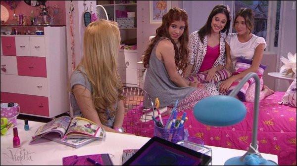 Qui a invité du monde chez Violetta lors de leur soirée pyjama entre filles, au début de la saison 2