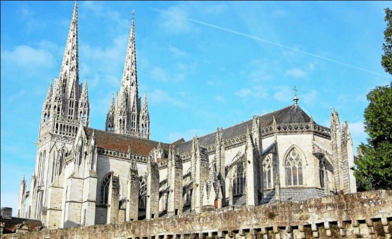 Commencée au XIIIe siècle, elle n'est achevée qu'au XIXe, c'est la plus ancienne cathédrale gothique de Bretagne.Où peut-on voir son portail à 7 voussures sculptées d'angelots ?