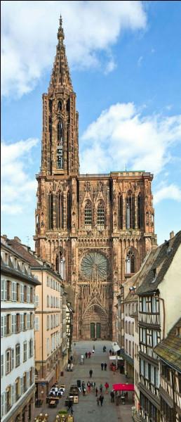 Construite en grès rose et ne possédant qu'un clocher, elle se visite à...
