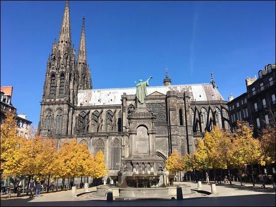 Cette cathédrale doit sa couleur noire à la pierre de lave utilisée pour sa construction. Elle se trouve à...
