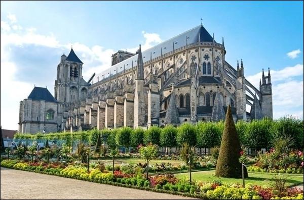 Elle surplombe le jardin de l'Évêché. Sans transept elle offre une impressionnante perspective. Elle est immense et les vitraux sont superbes. Où la trouve-t-on ?