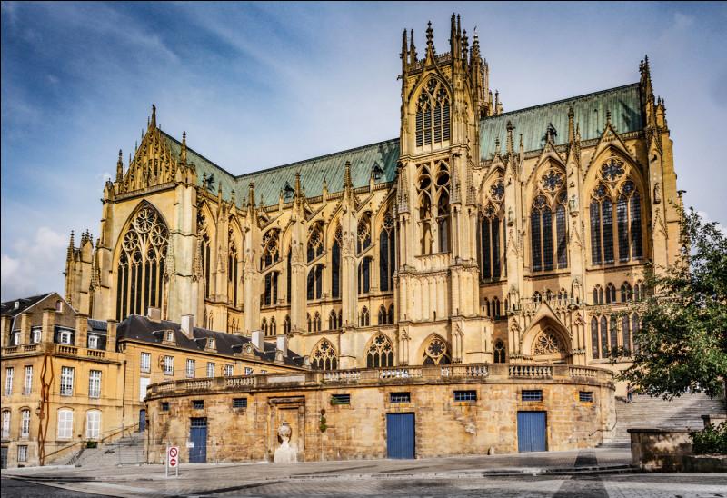 Elle domine la ville depuis le XIIIe siècle de sa pierre à l'éclat doré. Mais quelle ville ?