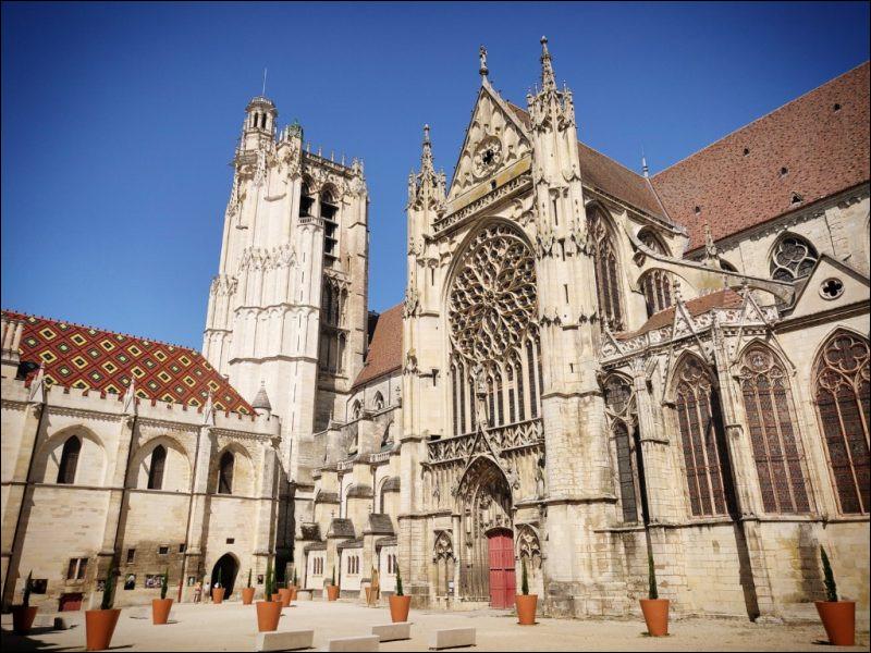 Elle est l'une des premières cathédrales gothiques, dès 1135, avec ce qui deviendra la marque de cette architecture, arcs-boutants, voûtes d'ogive, ouvertures laissant entrer la lumière. Elle se trouve à...