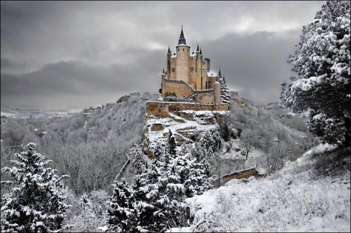 L'alcazar de Ségovie est un château fortifié, situé à l'extrémité de la vieille ville de Ségovie. Il est bâti sur un éperon rocheux dominant le confluent des rivières Eresma et Clamores. Isabelle de Castille y fut couronnée en 1474.Dans quel pays se trouve-t-il ?