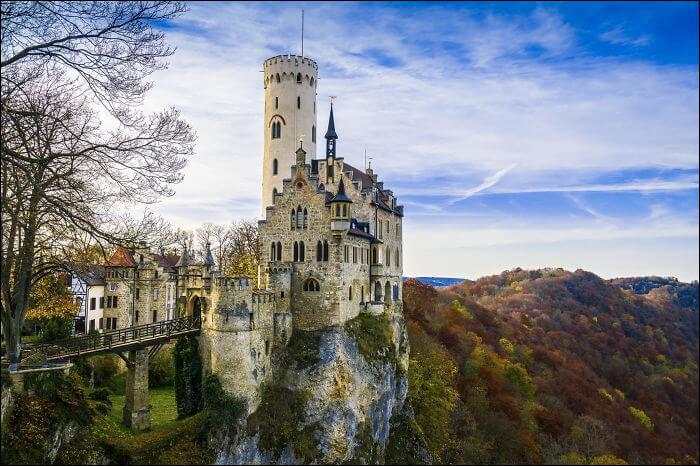 Je suis un château allemand au sud de Stuttgart dans le Wurtemberg. Mon nom ressemble à un pays ayant pour capitale Vaduz. Je suis le...