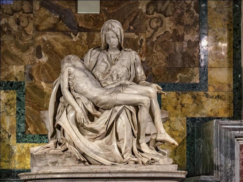 De quel artiste est cette statue de marbre appelée la Piéta ?