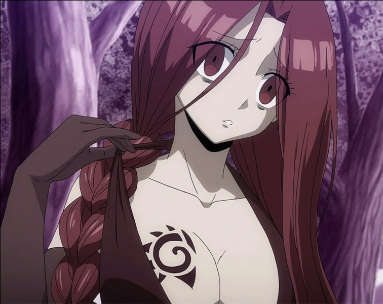 Elle à les cheveux rouge et se sert de chaîne