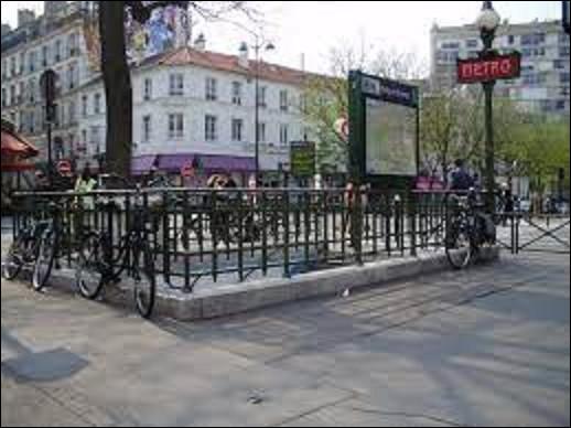 Station de la ligne 6, ''Edgar Quinet'' fut ouverte le 24 avril 1906. Quel métier exerçait essentiellement cet homme né à Bourg-en-Bresse le 17 février 1803 et mort à Versailles le 27 mars 1875 ?