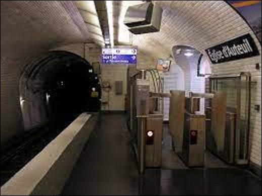 Appelé initialement ''Wilhem'', du nom du compositeur parisien, à son ouverture le 3 septembre 1913 sur la ligne 13, la station changea de nom pour ''Église d'Auteuil'' le 15 mai 1921. Pour quelle raison ?