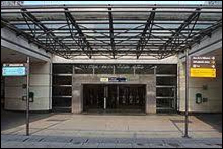 Station de la ligne 1, ''Esplanade de la Défense'' fut inaugurée sur la ligne 1 le 1er avril 1992. Située à l'extrémité est du quartier d'affaires de la Défense, à la limite entre les communes de Courbevoie et de Puteaux. Sous quelle présidence fut inaugurée l'Arche de la Défense ?