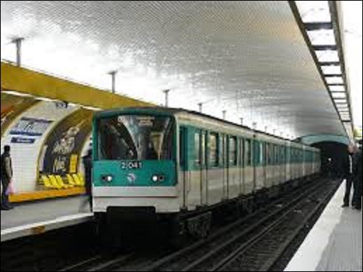 Station de la ligne 9, ''Croix de Chavaux'' fut mise en service le 14 octobre 1937. Située sous l'actuelle place Jacques Duclos, la croix de Clavaux localisée l'intersection de six routes conduisant à Paris vers l'ouest. Rosny-sous-Bois à l'est, Bagnolet au nord. À quelle ville cette voie menait-elle au sud ?