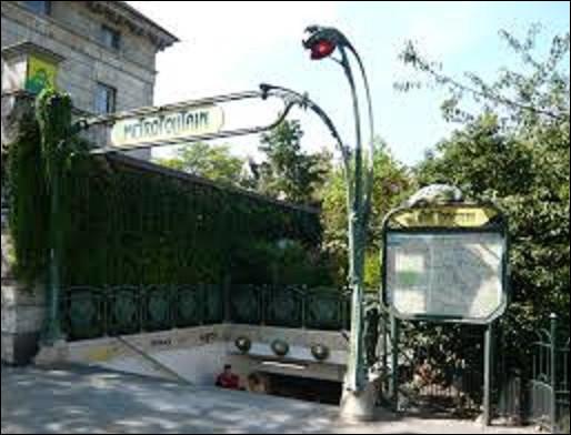 Station de la ligne 4 et 6, ''Denfert-Rochereau'' fut inaugurée le 24 avril 1906. Se situant sous la place, au débouché de l'avenue du même nom, elle rend hommage au colonel Aristide Denfert - Rocherau (1823-1878) qui défendit victorieusement durant la guerre de 1870 une ville du Grand Est. Laquelle ?