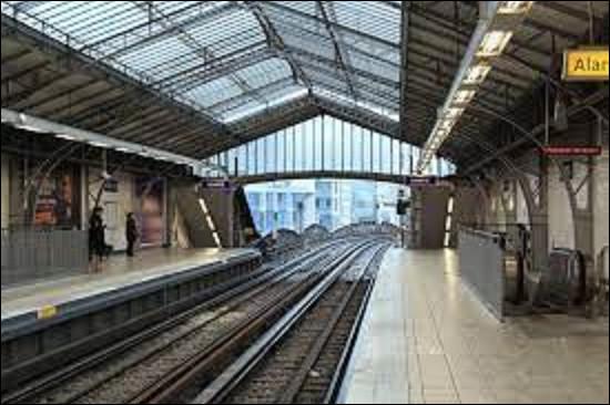 Station de la ligne 6, ''Dupleix'' fut ouverte le 24 avril 1906. Tenant son nom de la rue toute proche, elle rend hommage à Joseph François Dupleix (1697-1763). Quel poste tenait-il lors du règne de Louis XV ?