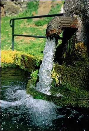 A la claire fontaine, m'en allant promener, j'ai trouvé l'eau... .