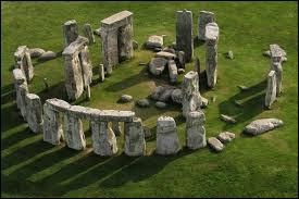 Comment se nomment ces grosses pierres que les hommes plaçaient verticalement ?