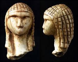 Comment s'appelle cette statuette taillée dans l'ivoire qui mesure 3,6 cm et représentant une femme ?