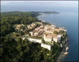 En face de Cannes, la plus grande des îles de Lerins qui a servi de prison au légendaire 'masque de fer' :