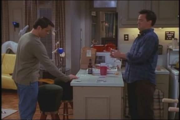 Combien d'argent perd Chandler au 'jeu du gobelet' contre Joey ?