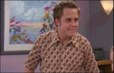 Quel âge a la fiancée de Frank Junior quand il annonce qu'il va se marier ?