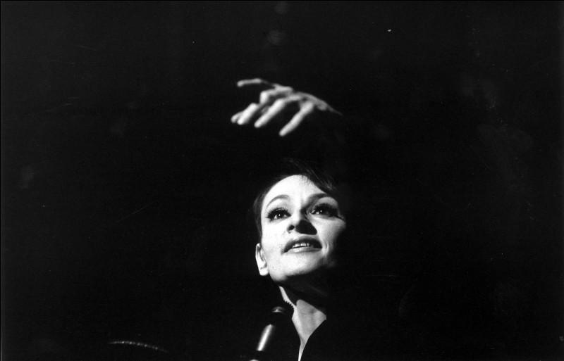 Dans la chanson ''L'Aigle noir'' de Barbara, de quelle couleur étaient les yeux de l'aigle ?