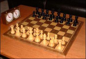 Au jeu d'échecs, quelle est la seule pièce qui ne peut jamais reculer ?