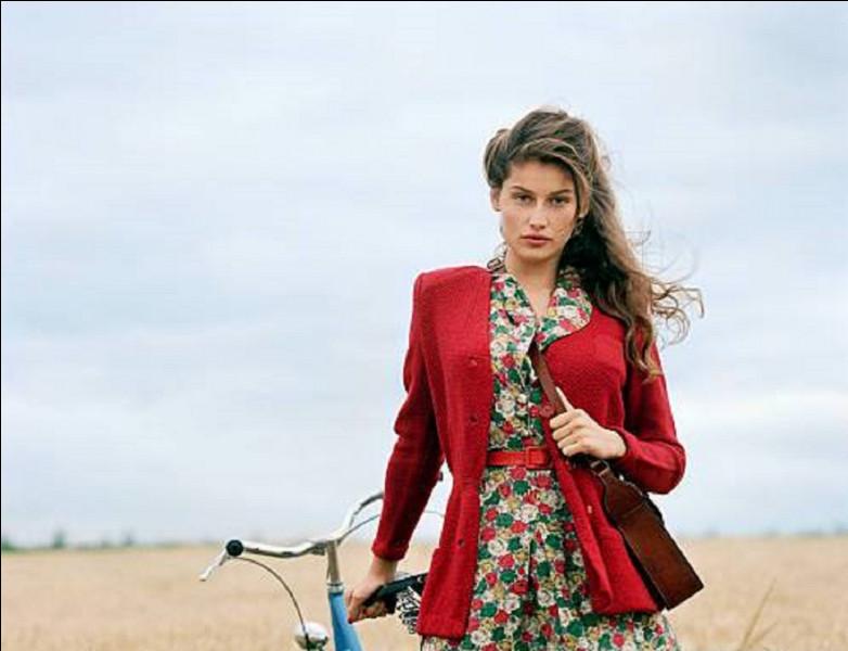 Qui est cette actrice qui joue le rôle de Léa Delmas, dans la série ''La bicyclette bleue'' réalisée par Thierry Binisti et adaptée du roman sus-nommé par Jean-Loup Dabadie et Claude Pinoteau ?