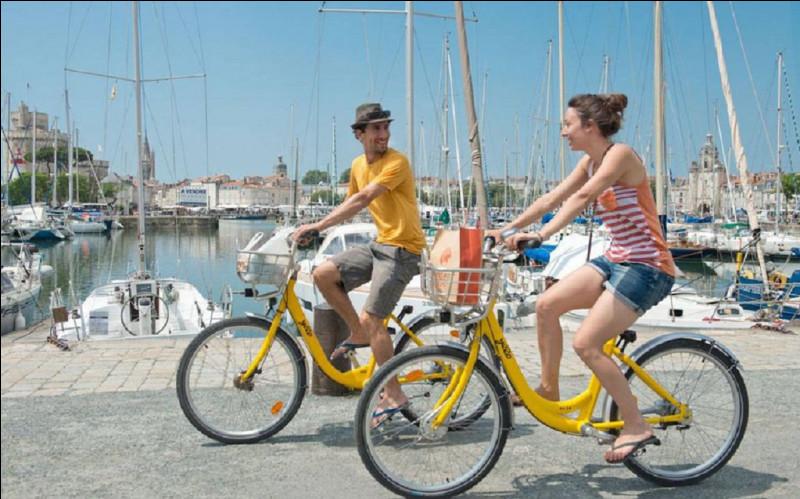 Qui était le maire de La Rochelle qui a mis en place le premier système de vélos en libre-service en 1976 en France ?