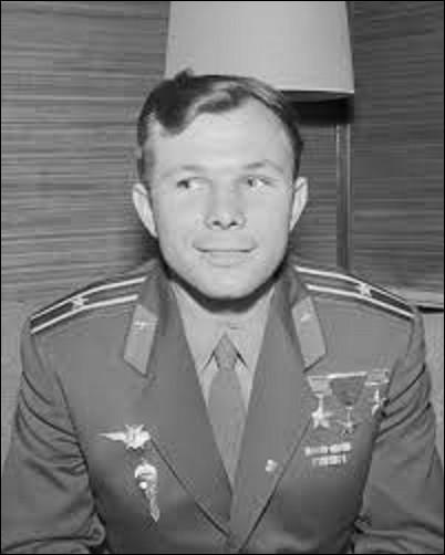 12 avril 1961 : À 6h 07mn, la fusée emportant la capsule Vostok 1 s'arrache du cosmodrome de Baïkonour, au Kazakhstan. À son bord, pour la première fois, un homme quitte l'atmosphère et, après une révolution orbitale de 108 minutes revient sur Terre sain et sauf. Le héros du jour est un pilote de chasse russe de 27 ans. Quel est son nom ?